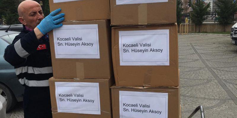 Vali Aksoy'dan sağlık personeline bin adet maske