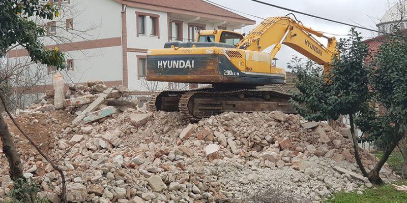 21 yıllık hasarlı bina yıkıldı
