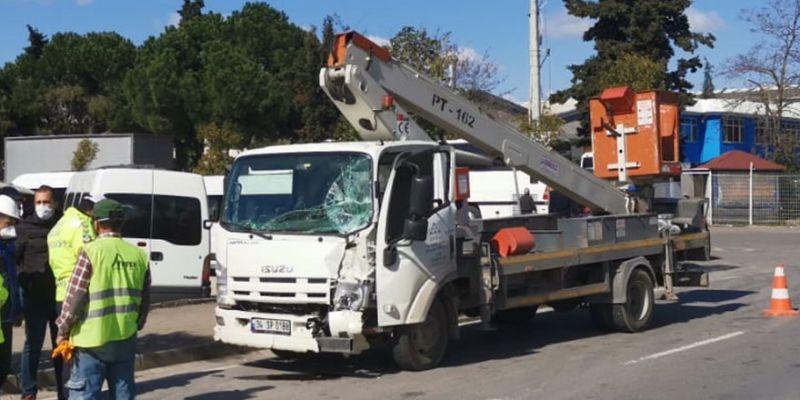 Otomobille çarpışan kamyonetin sürücüsü ağır yaralandı