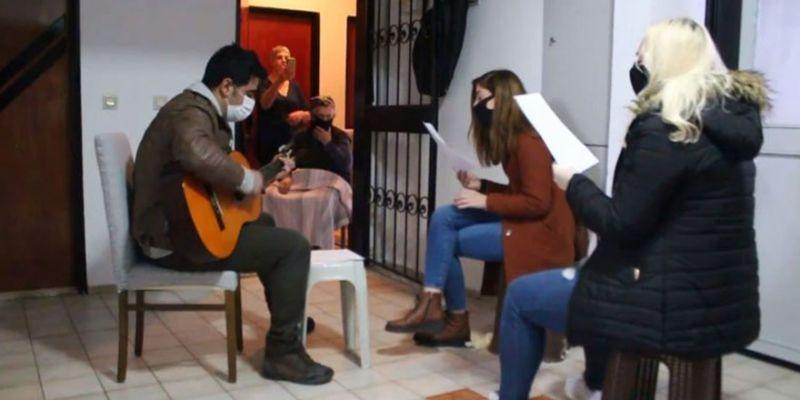 74 yaşındaki Ayten teyzeye apartmanda konser verdiler