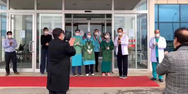 Alkışlar sağlık çalışanlarına