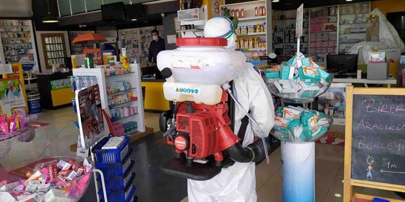 Büyükşehir ekipleri açık olan iş yerlerini dezenfekte ediyor