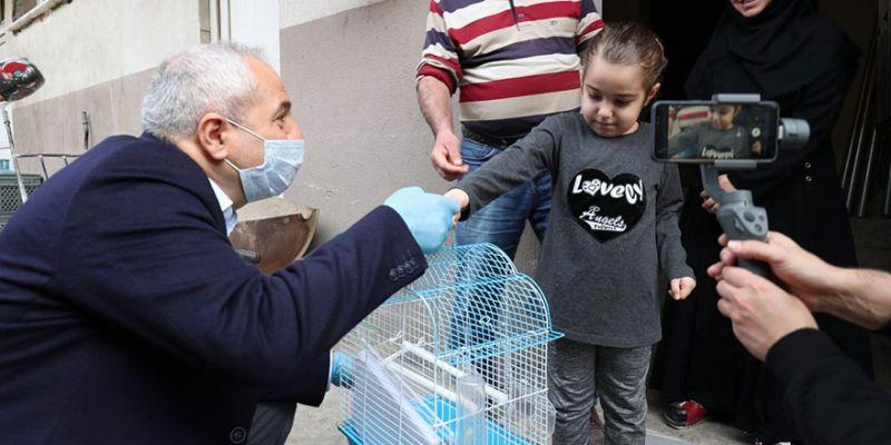 Başkan, küçük Zeynep'e muhabbet kuşu hediye etti