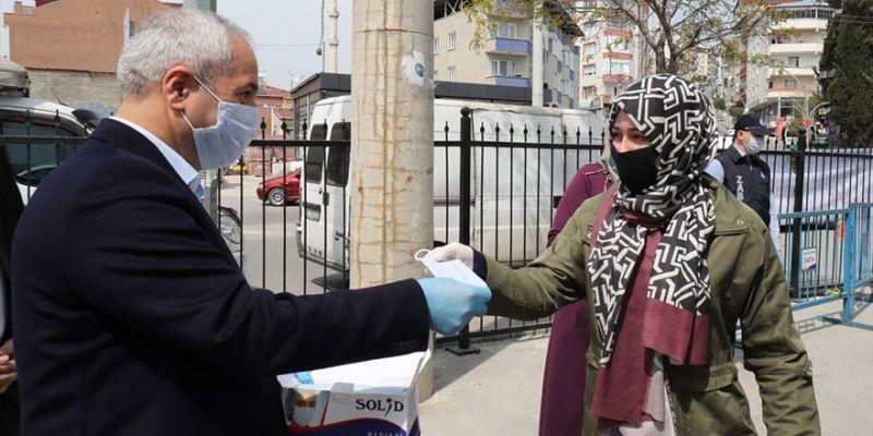 Belediye başkanı semt pazarında maske ve eldiven dağıttı