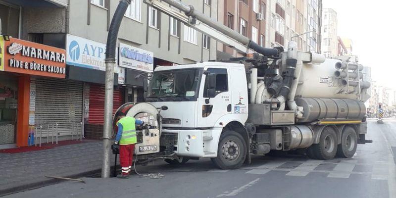 Boşalan caddelerde altyapı hatları temizleniyor