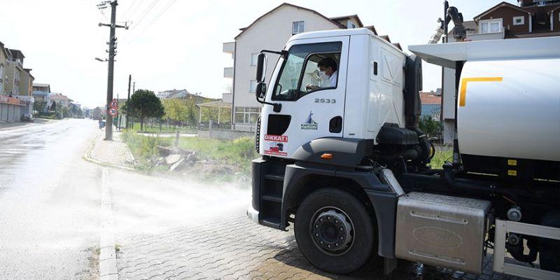 Belediye başkanı direksiyon başına geçti, sokakları dezenfekte etti