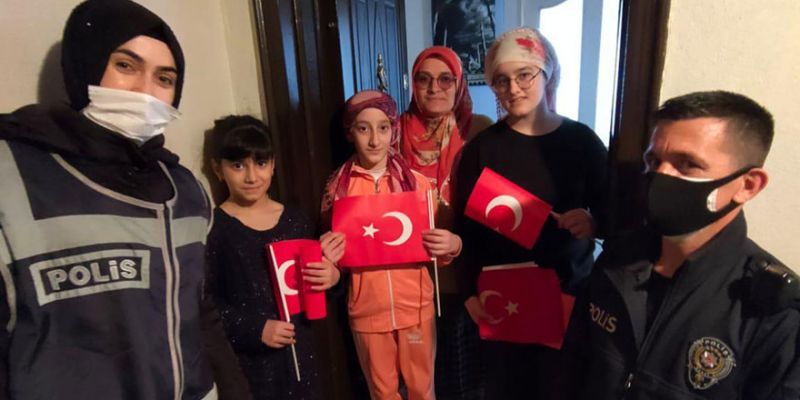 Polis, Halime'nin Türk bayrağı isteğini yerine getirdi