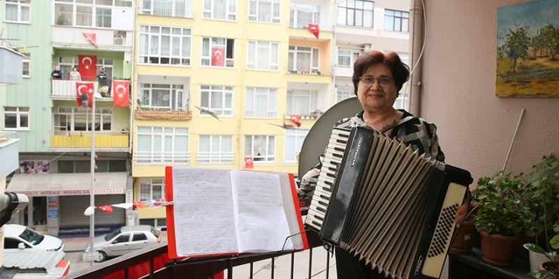 Emekli müzik öğretmeni çocuklar için akordiyonuyla konser verdi