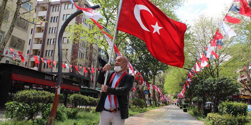 Muhtar bayrakla yürüyerek mahallelinin 23 Nisan'ını kutladı