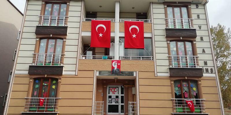 Cumhuriyet Apartmanı bayraklarla donatıldı