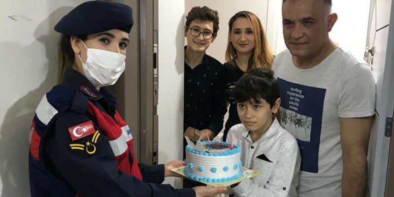 Jandarma'dan çocuklara bayram pastası