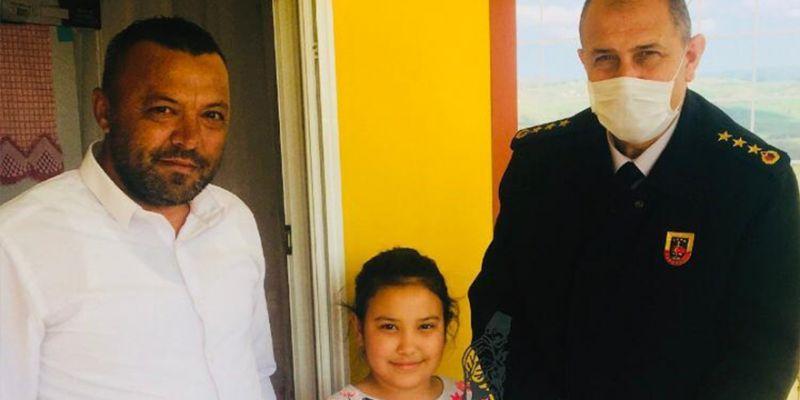 Çocukların bayram hediyeleri İl Jandarma Komutanı Aslan'dan