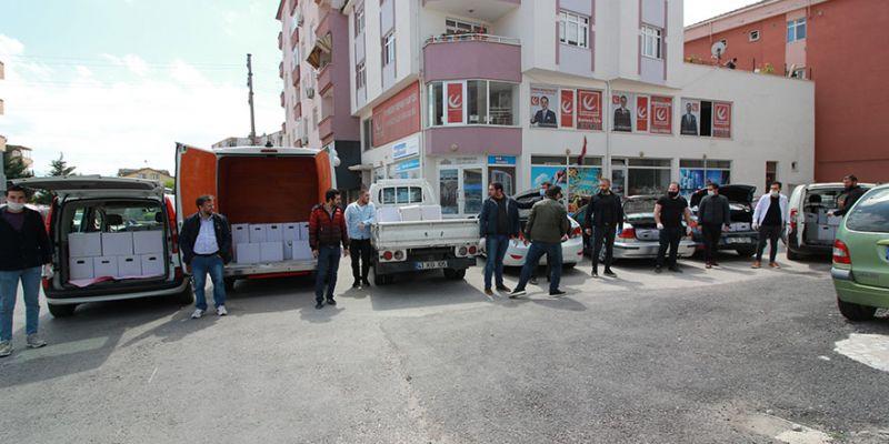 Aralarında para toplayan esnaf 165 gıda kolisi dağıttı