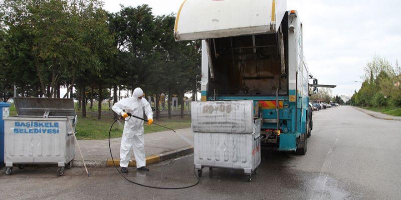 Çöp konteynerleri yıkanarak dezenfekte ediliyor