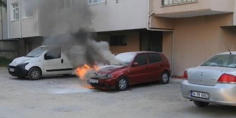 Çalıştıramadığı otomobil alev alev yandı
