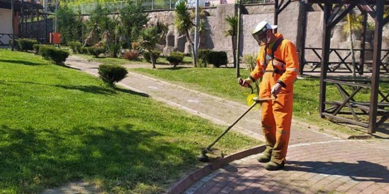 Park ve bahçelerin temizlikleri ihmal edilmiyor