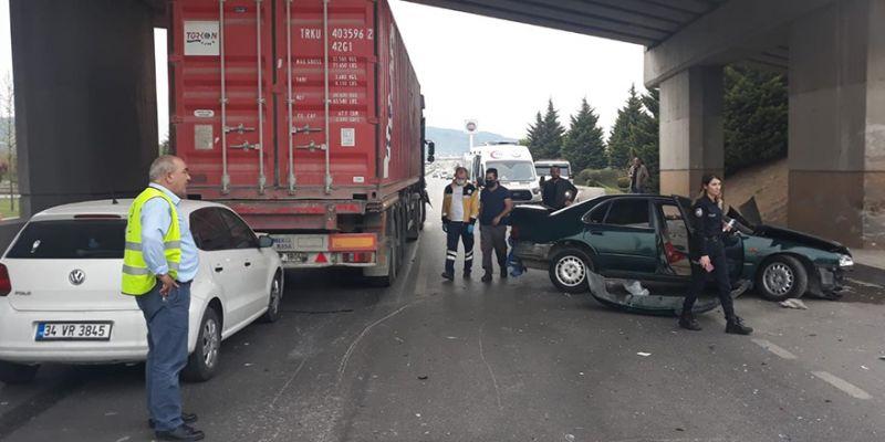 Tır ile otomobil çarpıştı, trafik felç oldu