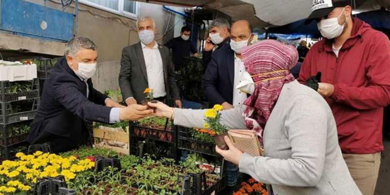Şayir, vatandaşlara çiçek tohumu dağıttı