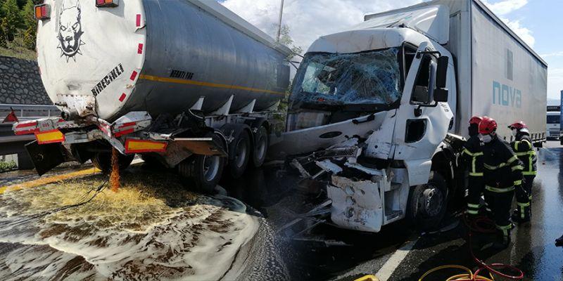 TEM'de feci kaza! Tırın çarptığı tankerin vanası patlayınca...