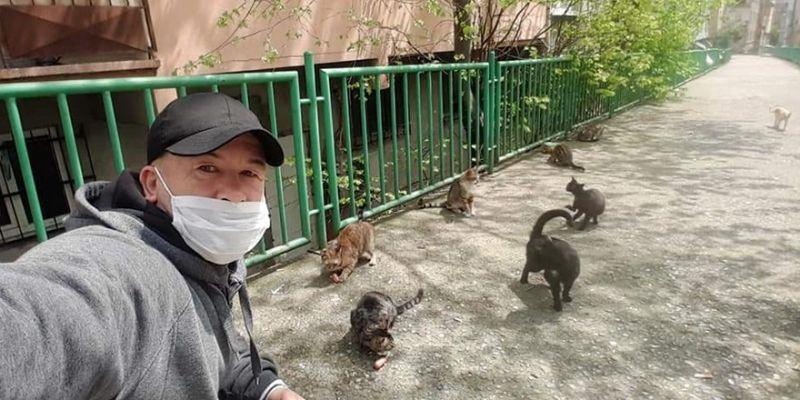 Sokak hayvanlarını aç bırakmıyor