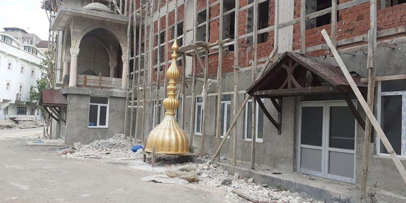 Paşa Camii'nin alemi de geldi