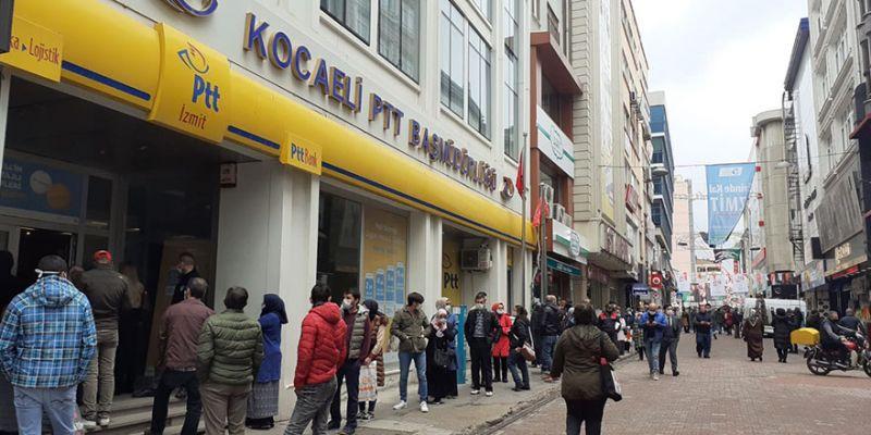 PTT önündeki 'ödenek' kuyruğu kaldırıma taştı