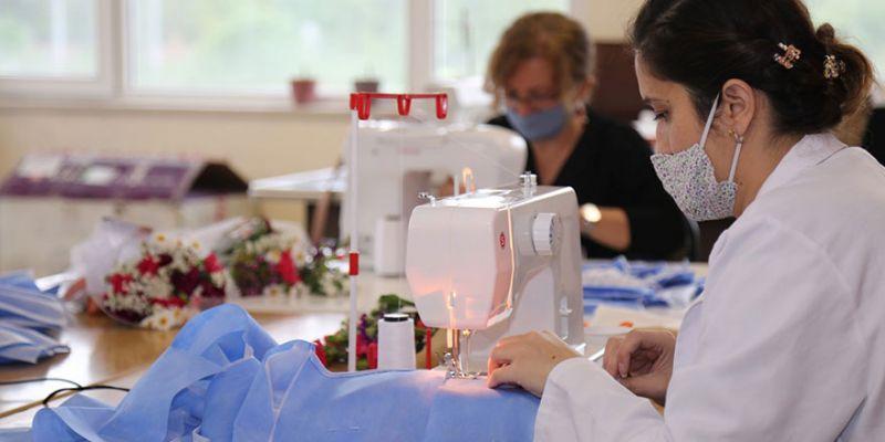Sağlık çalışanları için günde 1200 maske ve tulum üretiyorlar
