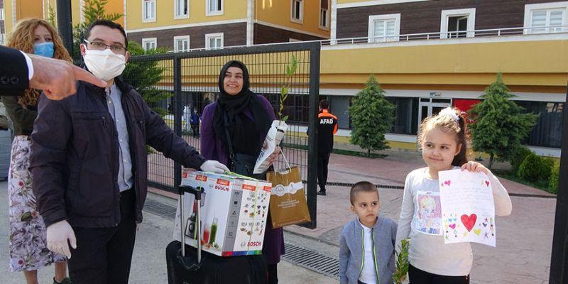 Karantina süresini tamamlayan minik Zeynep'ten sağlık çalışanına teşekkür