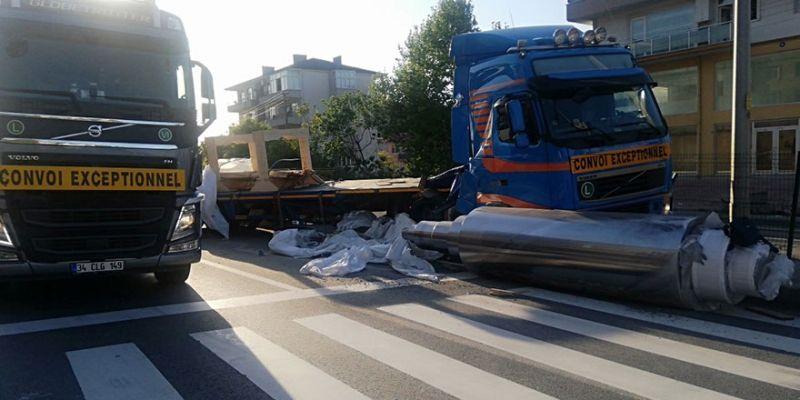 Tırdan düşen demir silindir yolu trafiğe kapattı