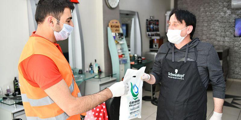 Dezenfekte edilen berber ve kuaförlere maske dağıtıldı