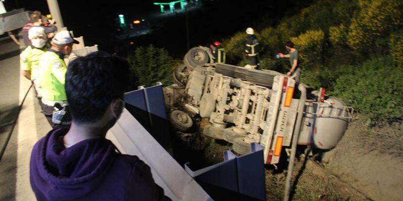 TEM'de tanker şarampole yuvarlandı, sürücü araçta sıkıştı