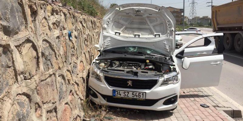 Arkadaşına kızıp otomobili duvara çarptı