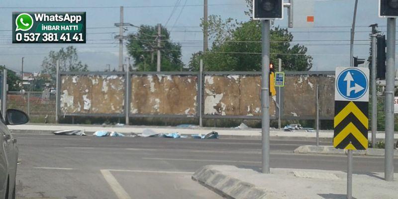 Billboardlardaki sökülen afişler tehlike yarattı