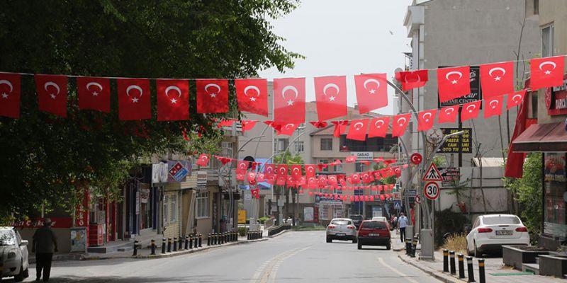 Sokaklar Türk bayraklarıyla süslendi