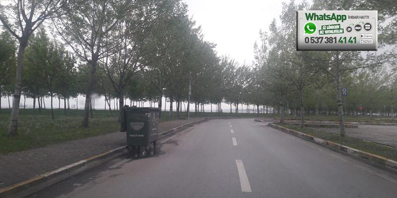 Yol üzerindeki çöp konteyneri