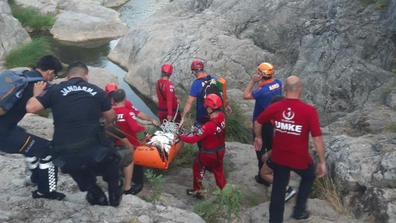 Kayalıklardan düşen genç kız 1,5 kilometre sedye ile taşındı