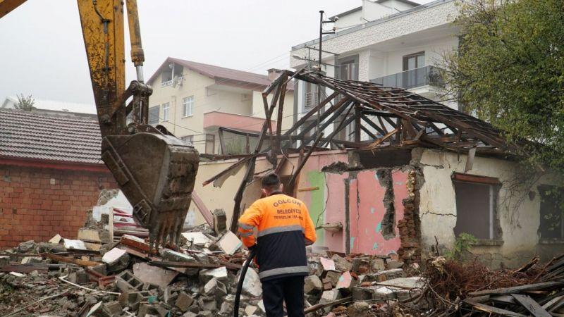Depremde hasar gören binalar yıkılmaya devam ediyor