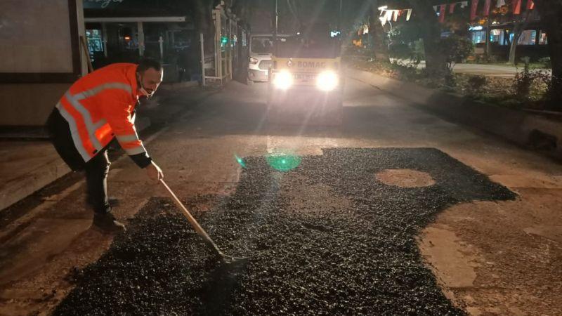Sokağa çıkma kısıtlamasında yollara asfalt çekiliyor
