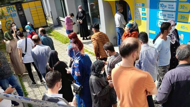 PTT önünde sosyal mesafesiz kalabalık