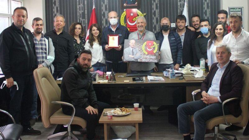 Murat Yoldaş'a plaket takdim edildi