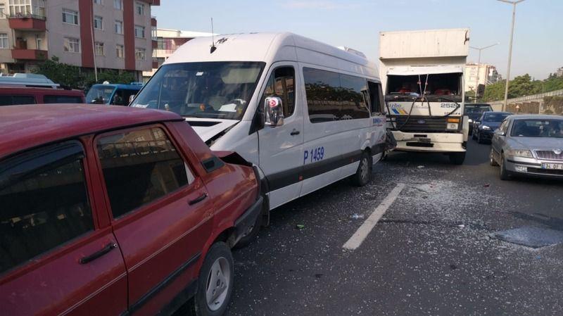 4 araç birbirine girdi: İki yaralı