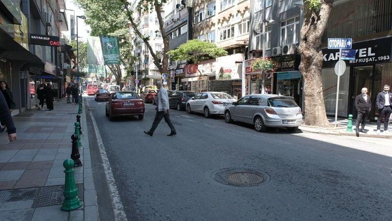 İnönü Caddesi'ndeki dubalar yeşil-siyaha boyandı