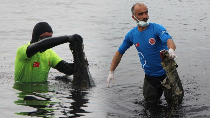 Dalgıçlar denizden, öğrenciler karadan temizlik yaptı! Neler çıktı neler...