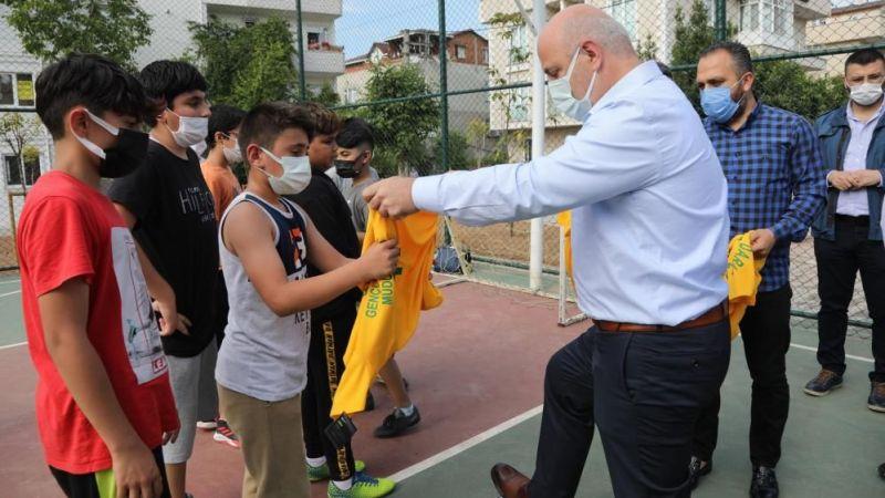 Sosyal medyadan top isteyen çocuklara başkandan sürpriz