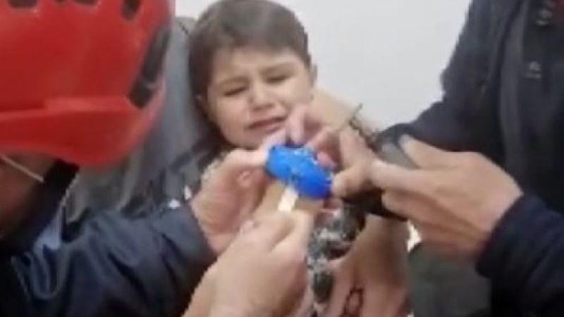 Parmağı kapağa sıkışan 2 yaşındaki çocuğu itfaiye kurtardı