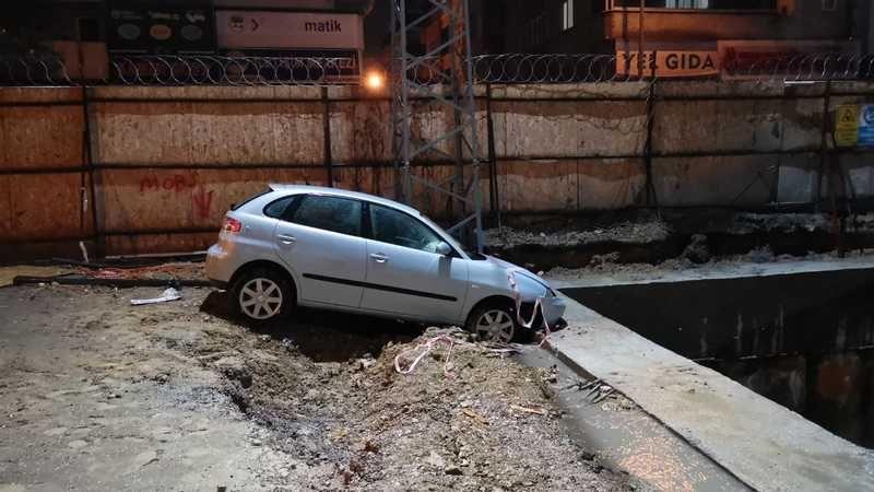 Otomobil metro şantiyesinde betona çarptı: 2 yaralı