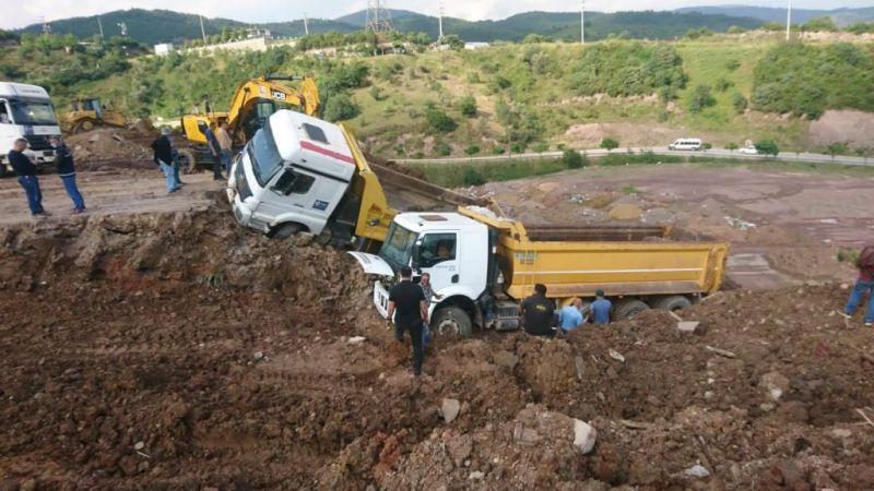 Toprak kaydı, iki kamyon devrildi