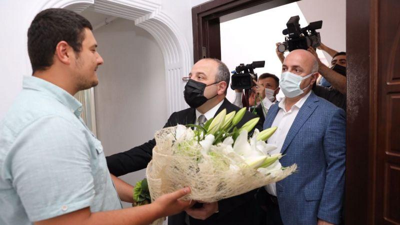 """Bakan Varank, darp edilen İHA muhabirini ziyaret etti: """"Bedelini ödemesi lazım"""""""
