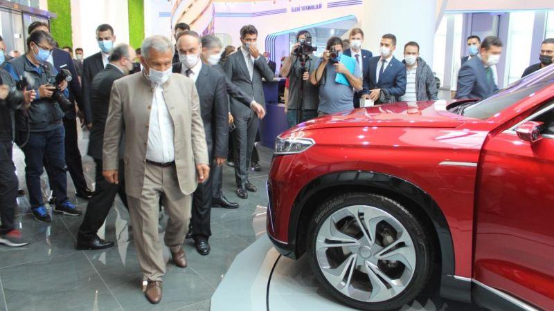 Tataristan Cumhurbaşkanı Bilişim Vadisi'nde yerli otomobili inceledi