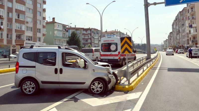 Refüje çarpan aracın sürücüsü yaralandı